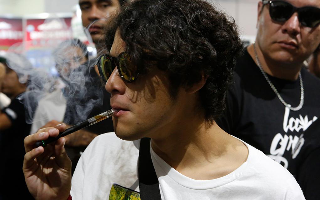 Un cliente prueba CBD en un vaporizador durante la 4ta edición de la feria sobre cannabis ExpoWeed en Ciudad de México