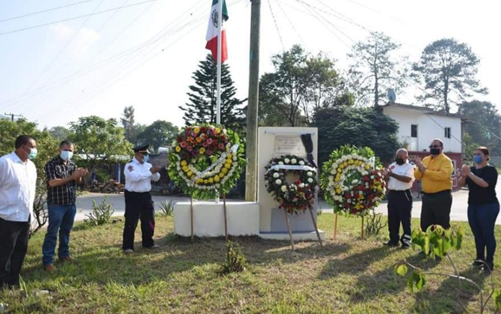 Develan placa en honor a 'héroes' de Jalpan de Serra