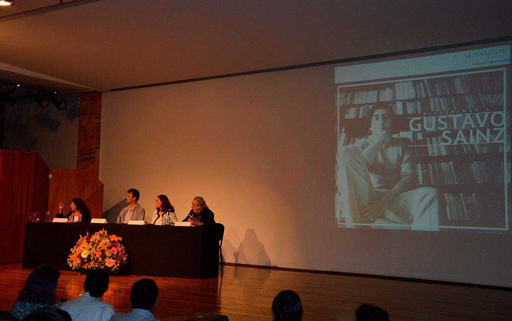 Rinden homenaje al escritor Gustavo Sainz