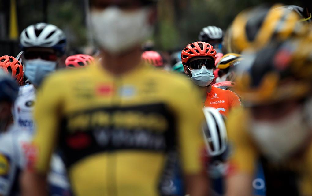 Ciclistas portan mascarillas previo al arranque de la primera etapa del Tour de Francia en la ciudad de Niza, Francia, el sábado 29 de agosto de 2020 /Foto: AP
