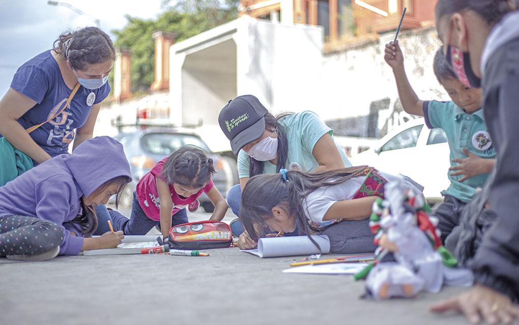 Dan clases a 60 menores de edad en cruces de semáforo de Querétaro