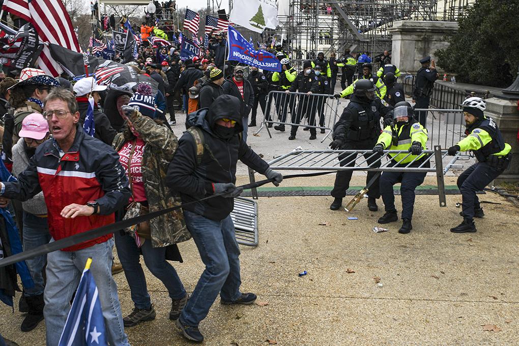 Turba de republicanos radicales durante protestas violentas el miércoles en Washington. NYT
