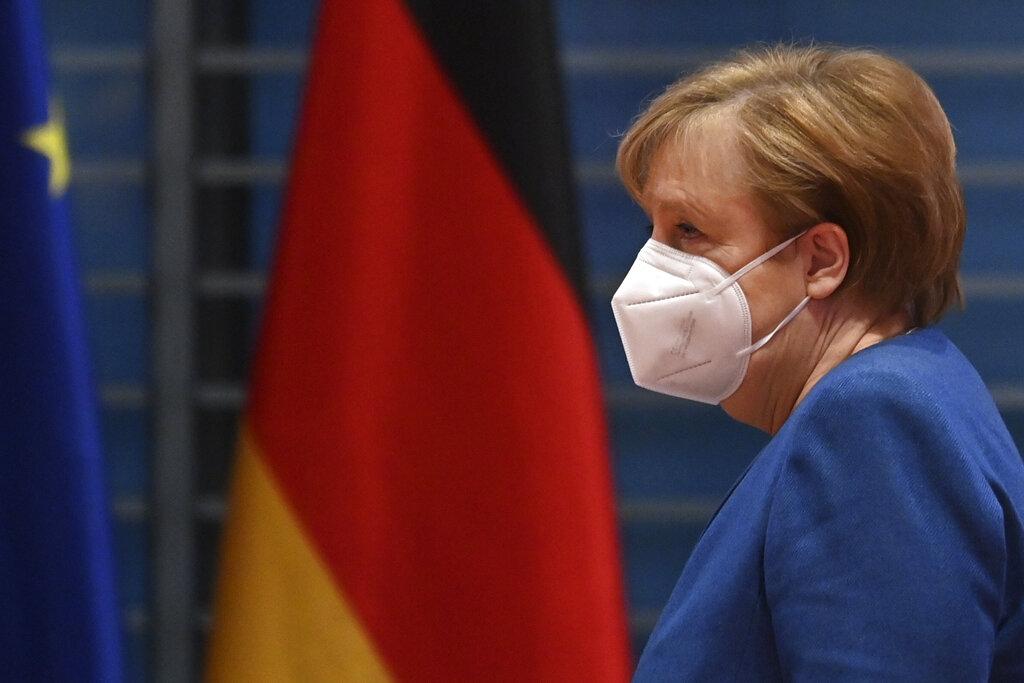 La canciller alemana Angela Merkel llega a la junta semanal con su gabinete, el 6 de enero de 2021 en la sede de la Cancillería, en Berlín, Alemania. (John MacDougall/Pool vía AP)