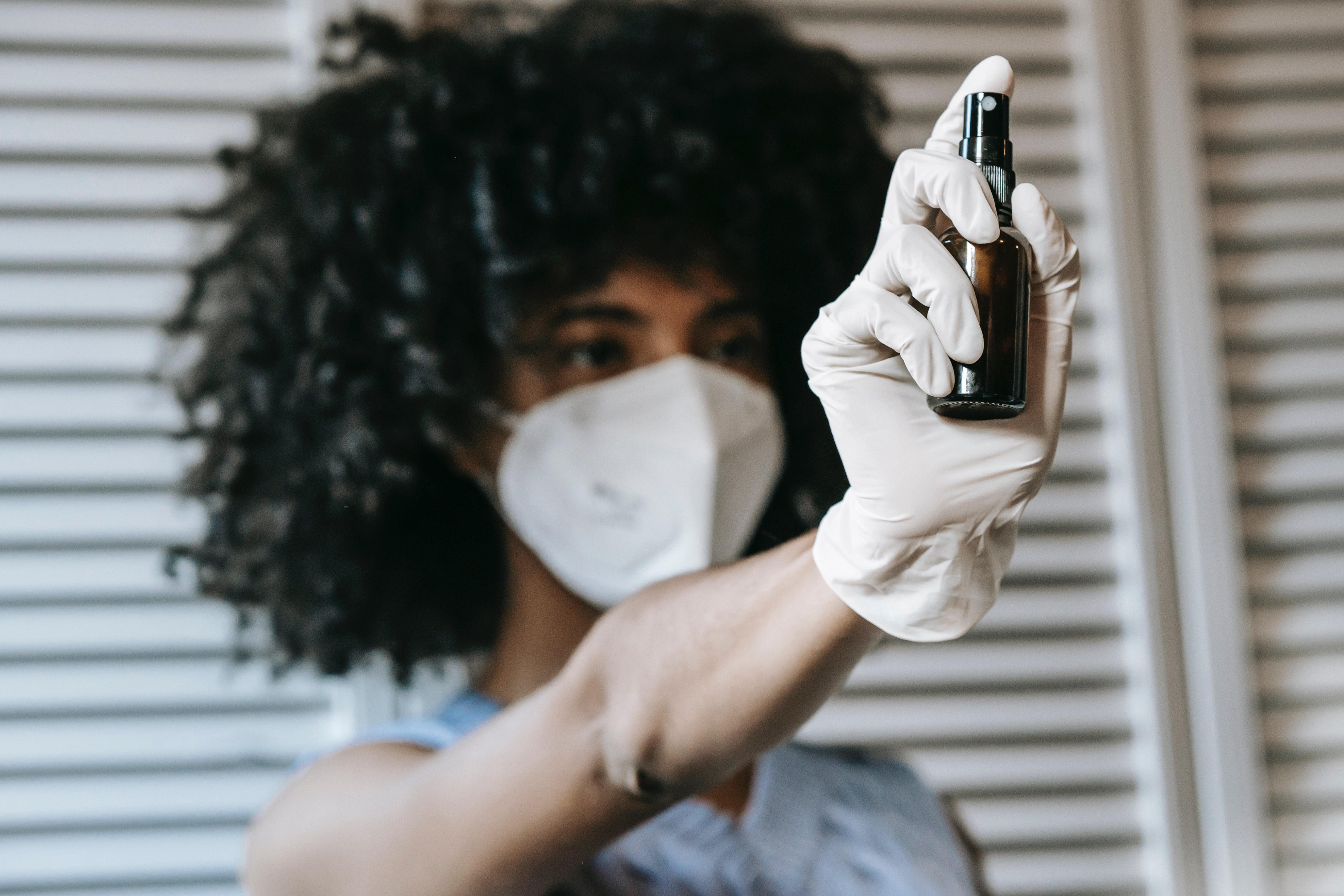 Evidencia científica señala que 98 por ciento del virus entra por la nariz.